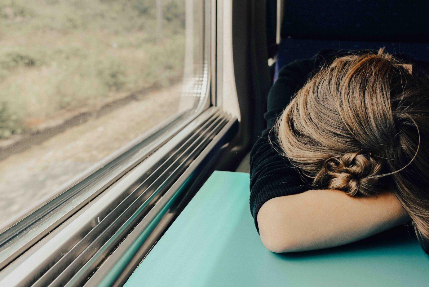 吃飽飯先別急著趴下去!趴睡的「八大」潛藏危機,小心脊椎變形,青光眼上身